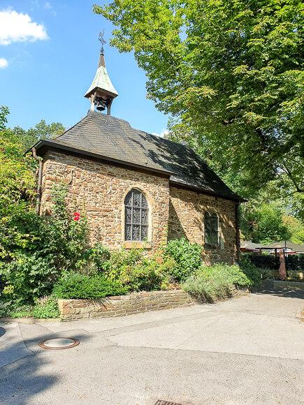 gemauerte Kapelle am Rande des Weges