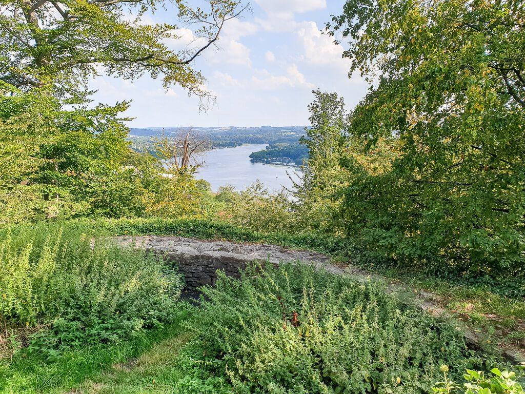 kleine Steinmauer im Wald mit Blick auf den Baldeneysee