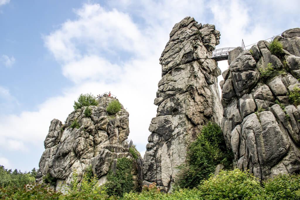 Felsformation Externsteine - der mittlere Fels ist über eine Brücke mit dem rechten Felsen verbunden