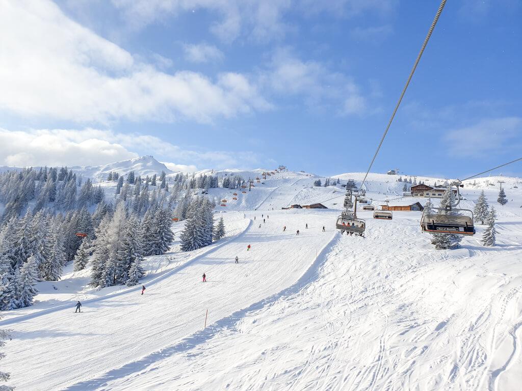 Blick über Skipisten und Sessellifte im Schnee