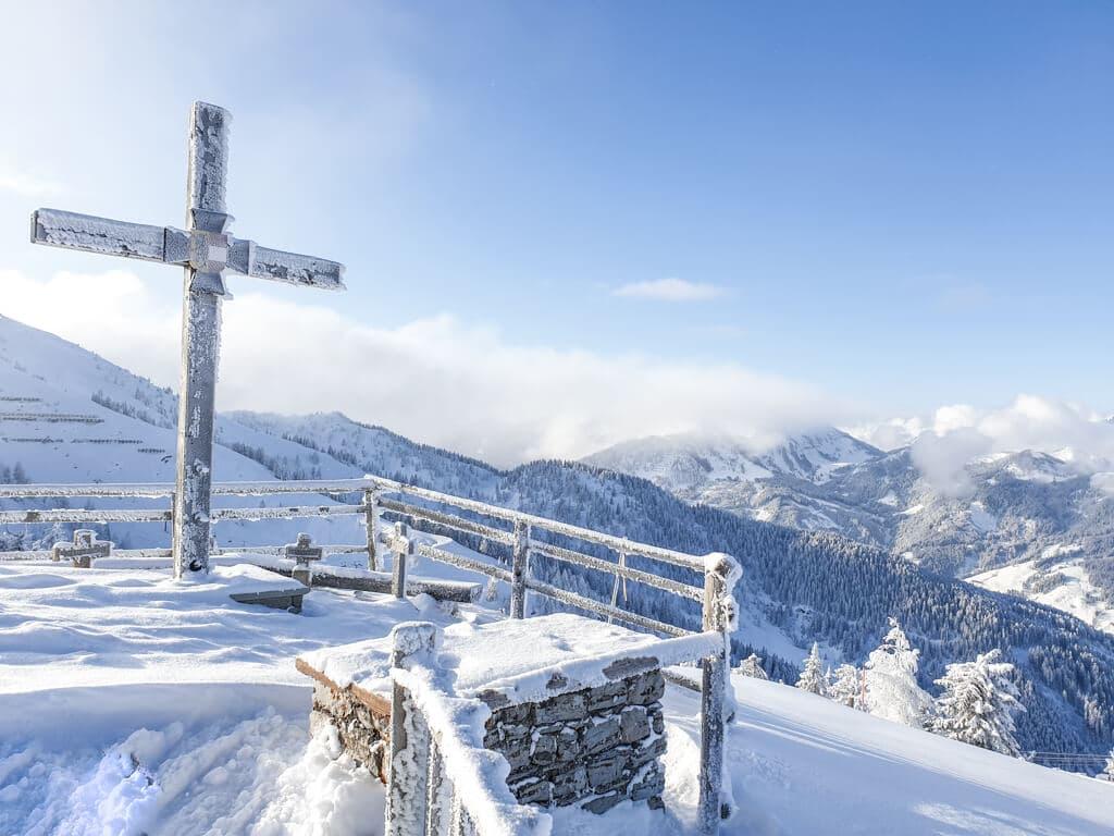 eingeschneites Kreuz an einem Aussichtspunkt in Flachau