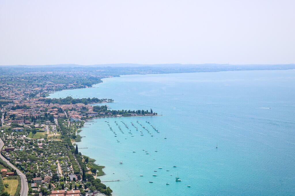 Aussicht auf Gardasee, links die Städte und das Ufer