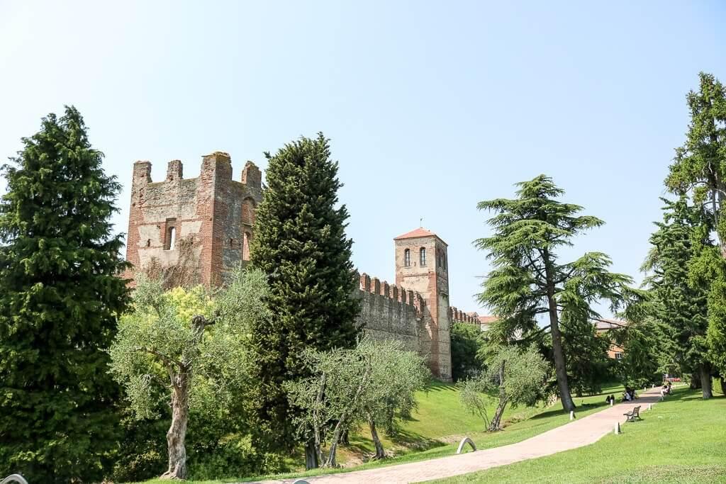 Burg und alte Stadtmauern in einem grünen Park