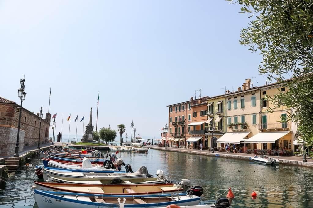 Hafenbecken mit kleinen Booten umgeben von farbigen Häusern