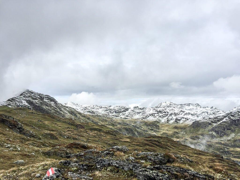 Wanderzeichen an einem Wanderweg in den Bergen