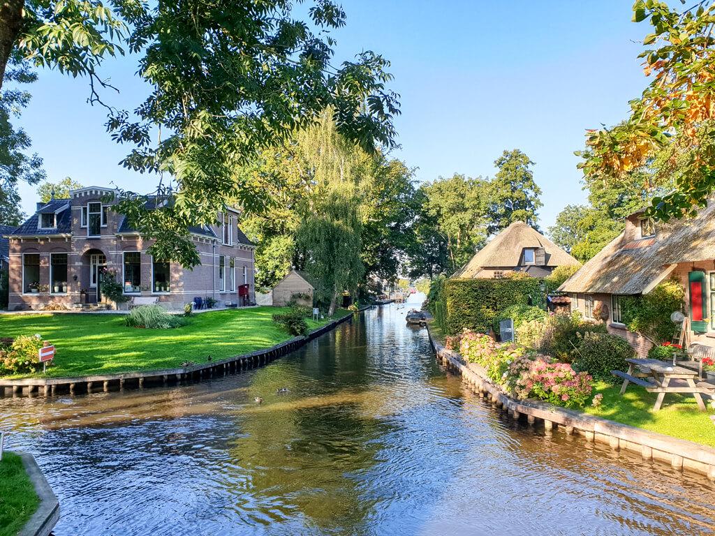 Giethoorn_kleiner Kanal fließt zwischen Häusern entlang