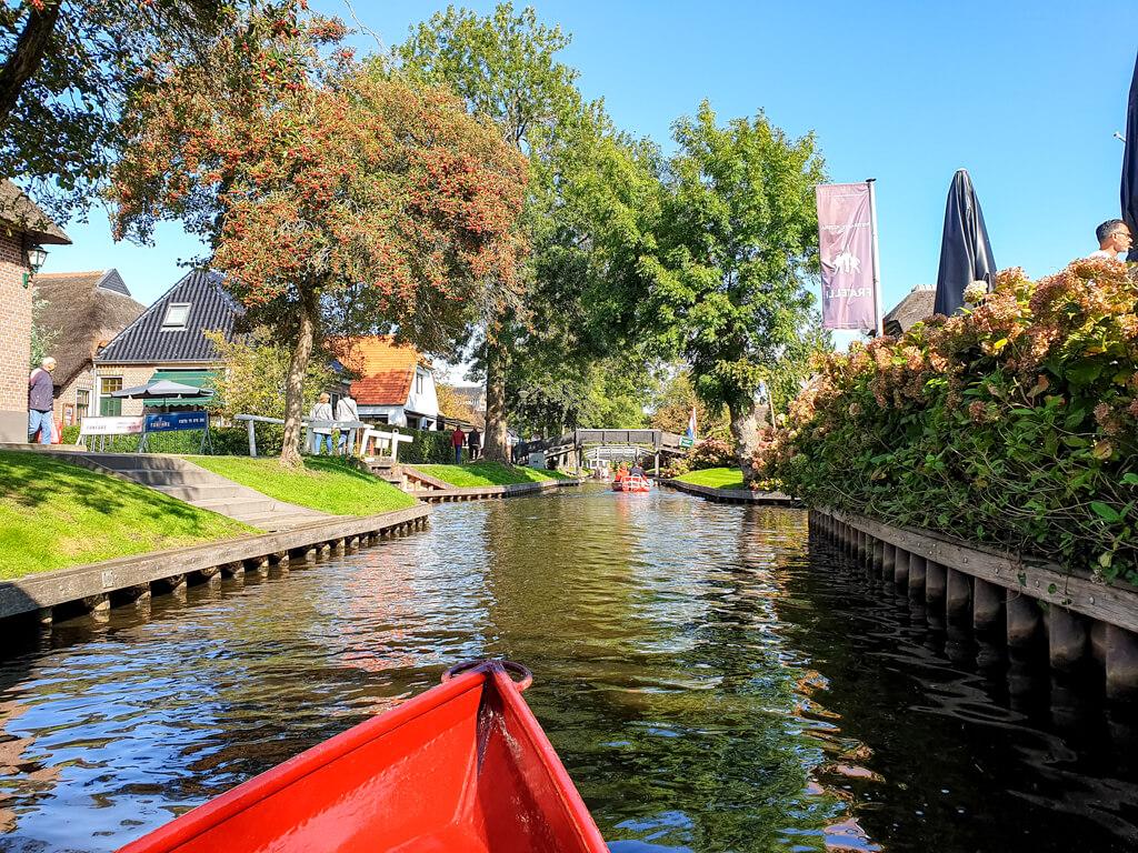 Boot fährt über die Kanäle von Giethoorn