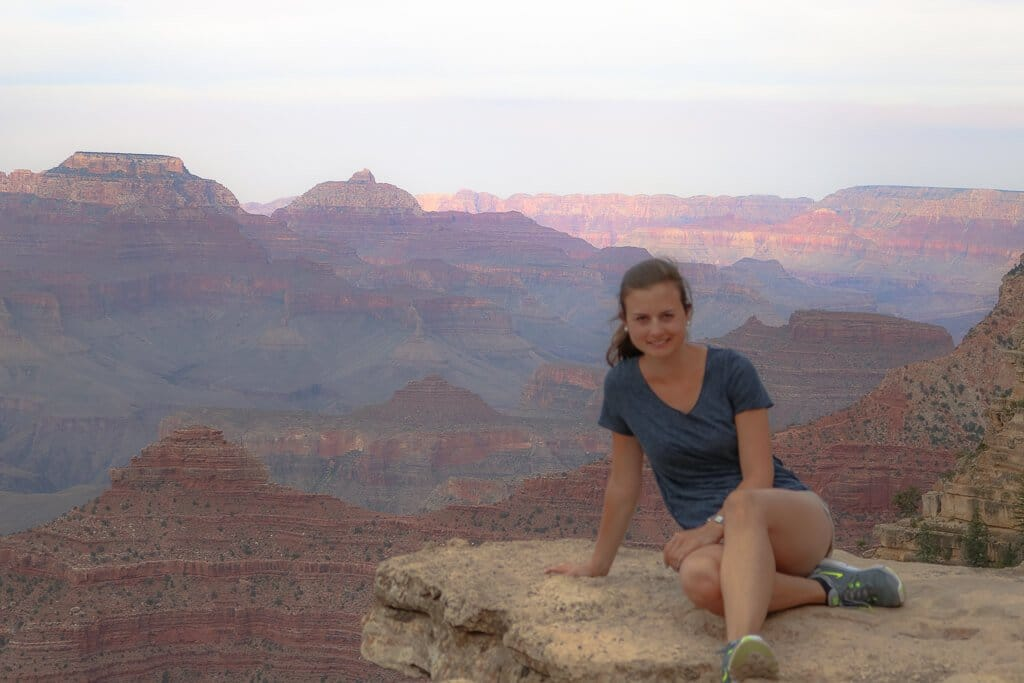 Grand Canyon Nationalpark - Viewpoint - sitzende Frau