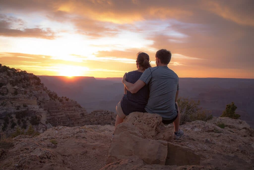 Grand Canyon Nationalpark - Sonnenuntergang am Hopi Point - sitzendes Paar