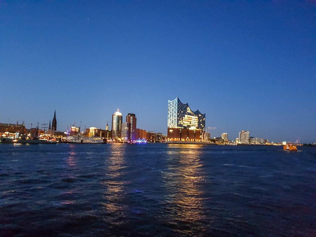 Hamburg - Hafen mit Elbphilharmonie bei Nacht