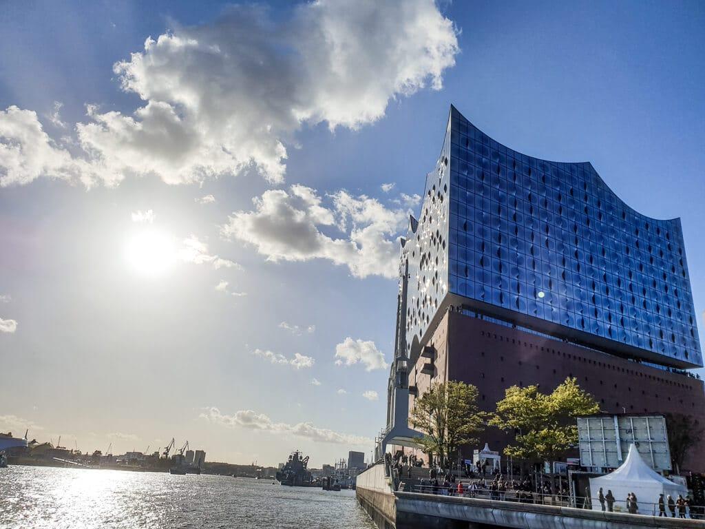 Elbphilharmonie in Hamburg mit Blick über das Wasser
