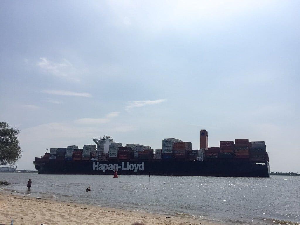 Hamburg - Elbe mit Containerschiff