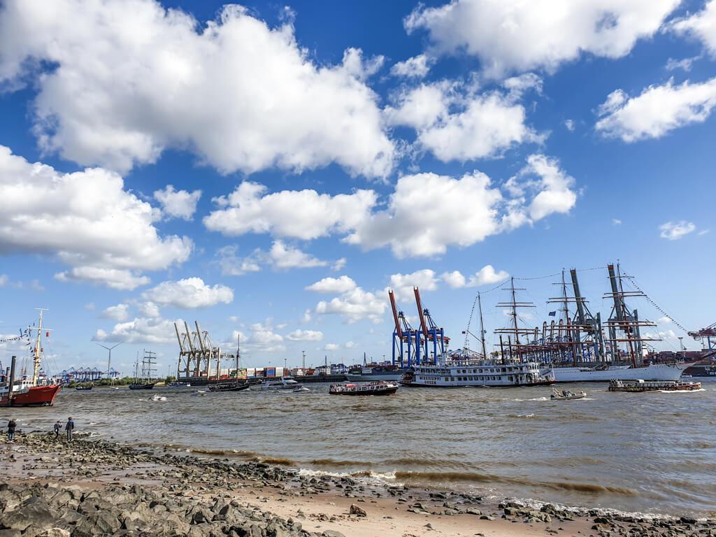 Schiffe fahren am Elbstrand in Hamburg vorbei