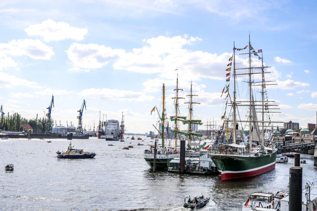 mehrere Segelschiffe liegen an den Landungsbrücken in Hamburg