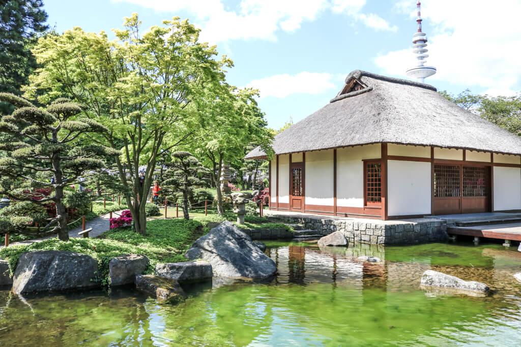 See mit einem Teehaus auf der rechten Seite und Bäumen auf der linken