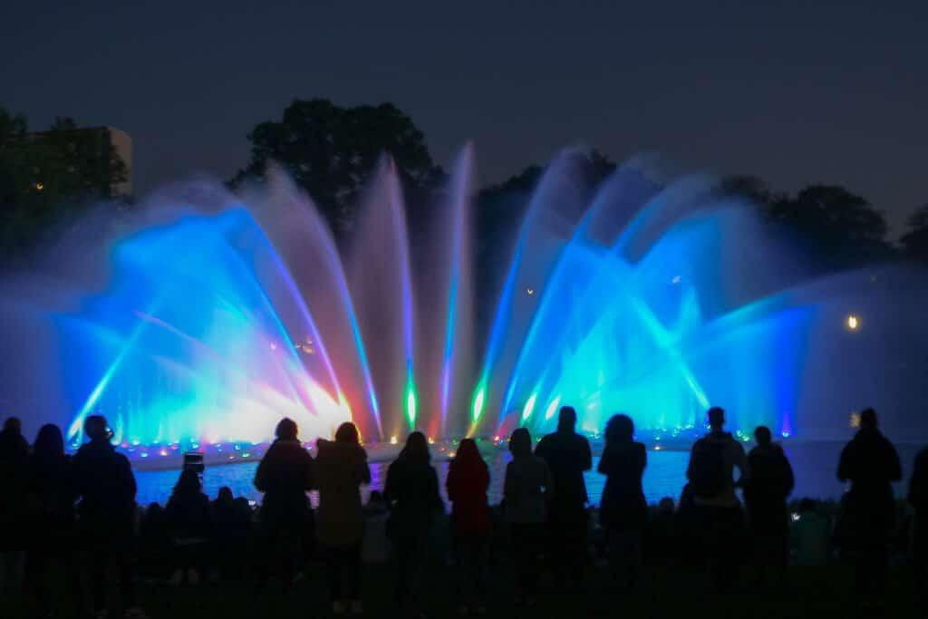Hamburg - Planten un Blomen - Wasserlichtkonzerte - bunte Wasserfontänen