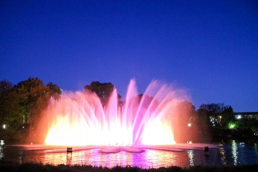 Hamburg - Planten un Blomen - Wasserlichtkonzerte - bunte Wasserfontänen im See