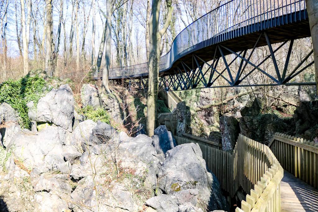 Brücke führt durch das Felsenmeer in Hemer