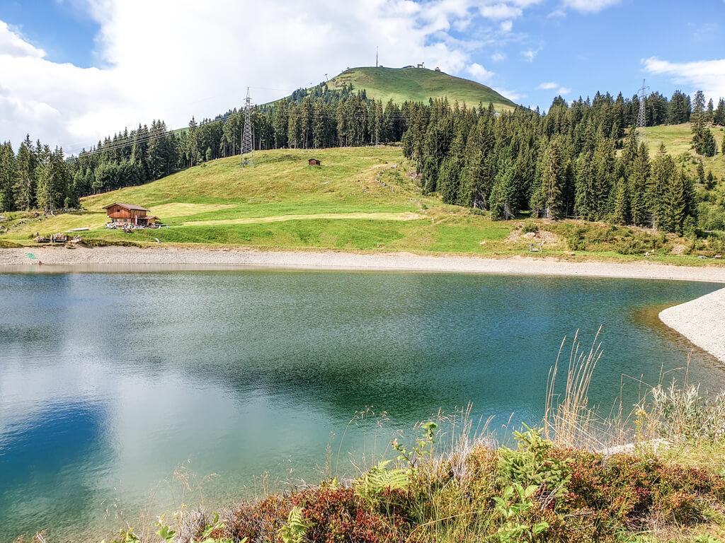 Stausee an der Hohen Salve mit Berggipfel im Hintergrund