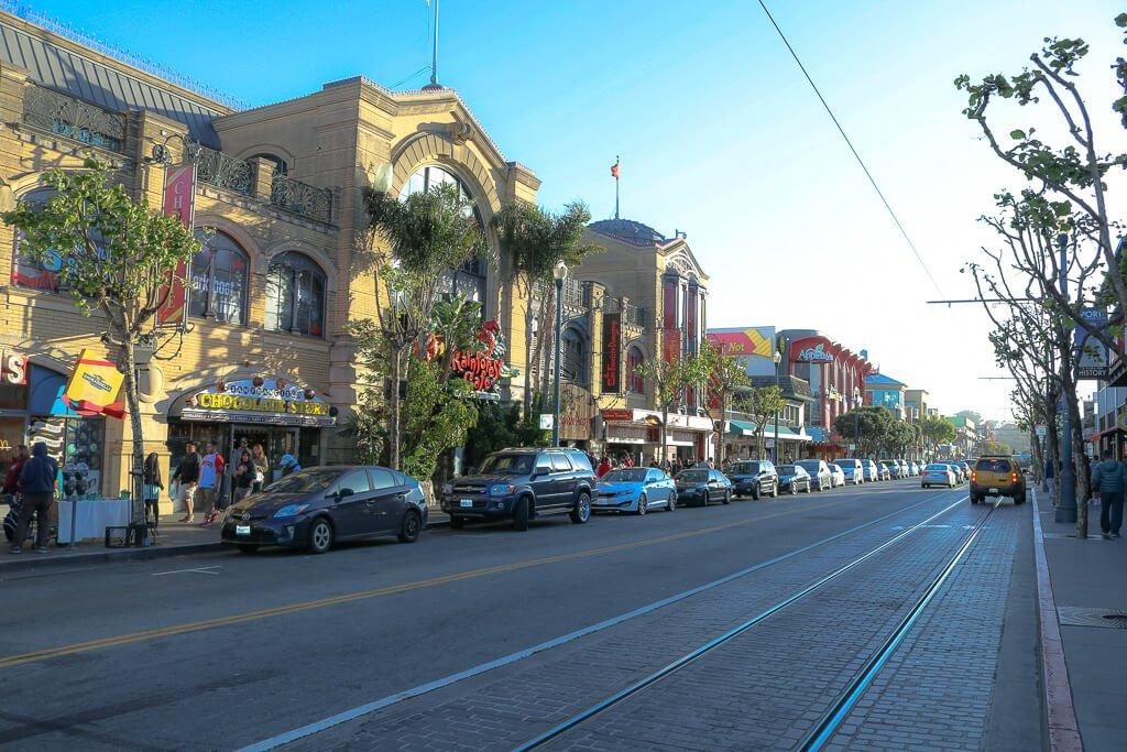San Francisco - Fishermans Wharf - Hauptstraße mit Geschäften