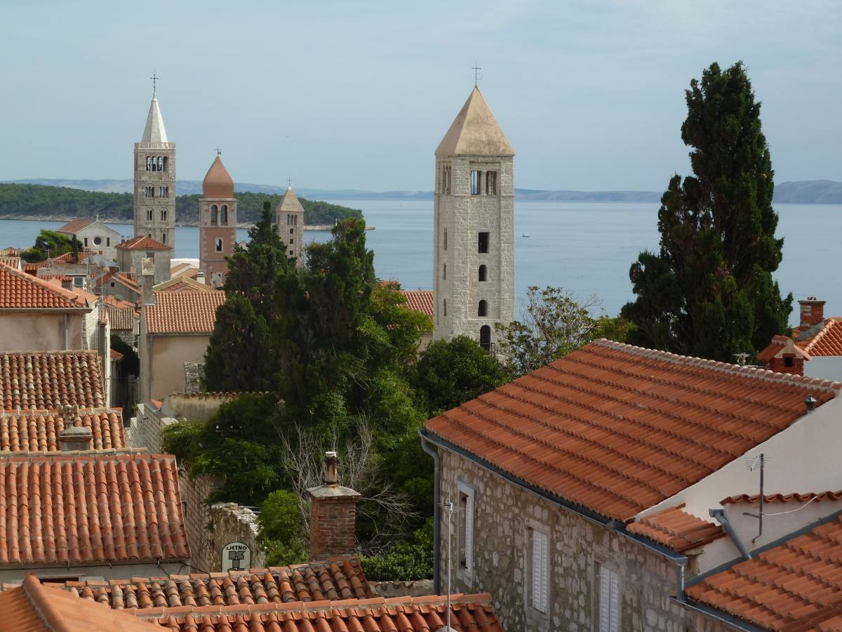 Blick über mehrere Kirchtürme einer historischen Altstadt