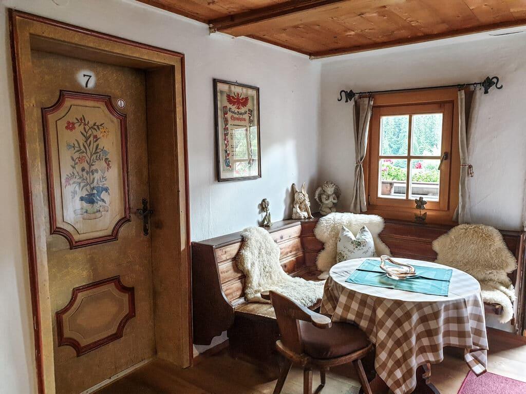 Uriges Bauernhaus mit Sitzbank und Holztüren