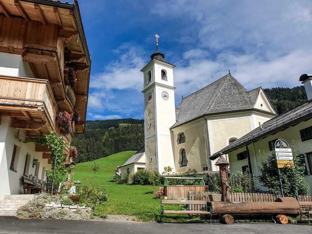 Kleine Kirche im Ort Aschau