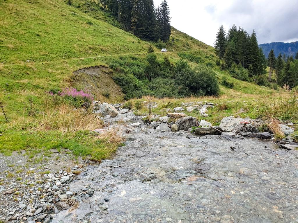 Bach kreuzt einen Wanderweg in den Bergen