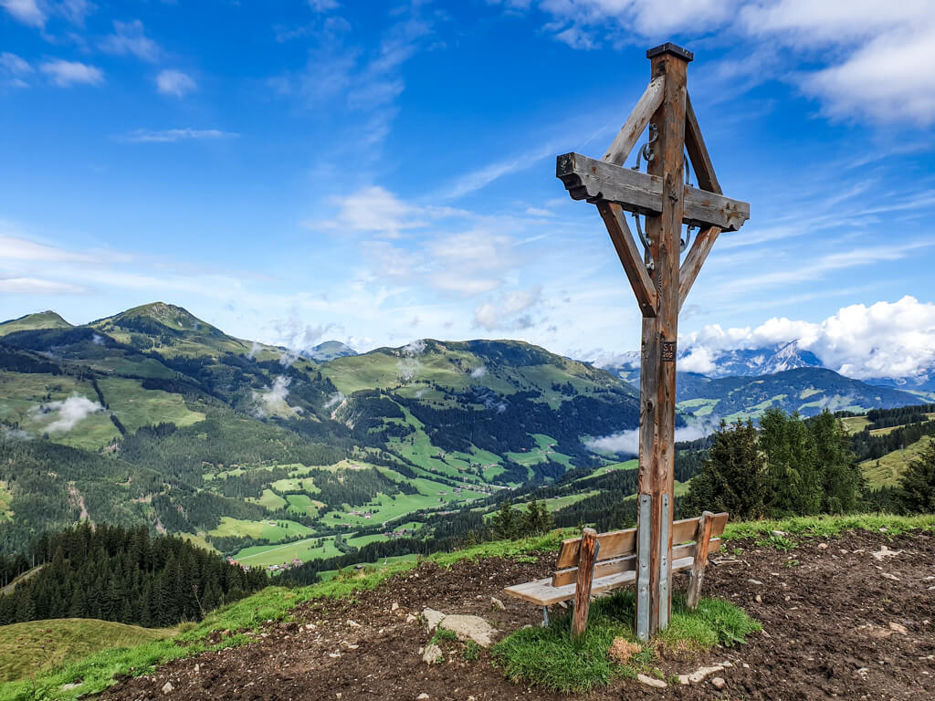 Holzkreuz auf einer Weide in den Kitzbüheler Alpen mit Blick ins Tal