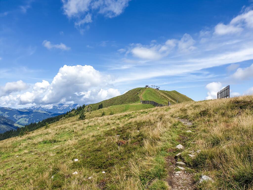 Wanderweg in den Bergen mit Blick auf das Skigebiet in Kitzbühel