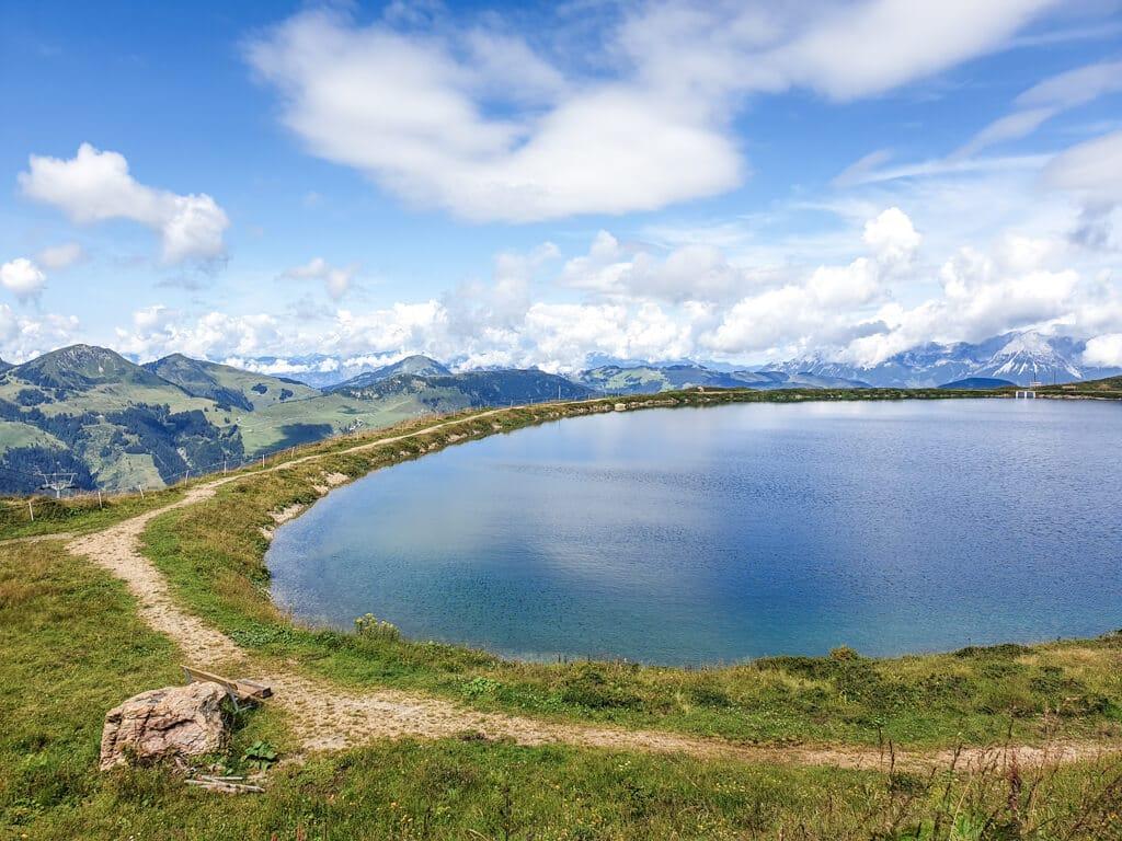 blauer See in den Bergen