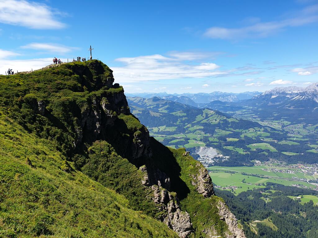 Gipfelkreuz kurz vorm Kitzbüheler Horn mit Aussicht auf St. Johann in Tirol