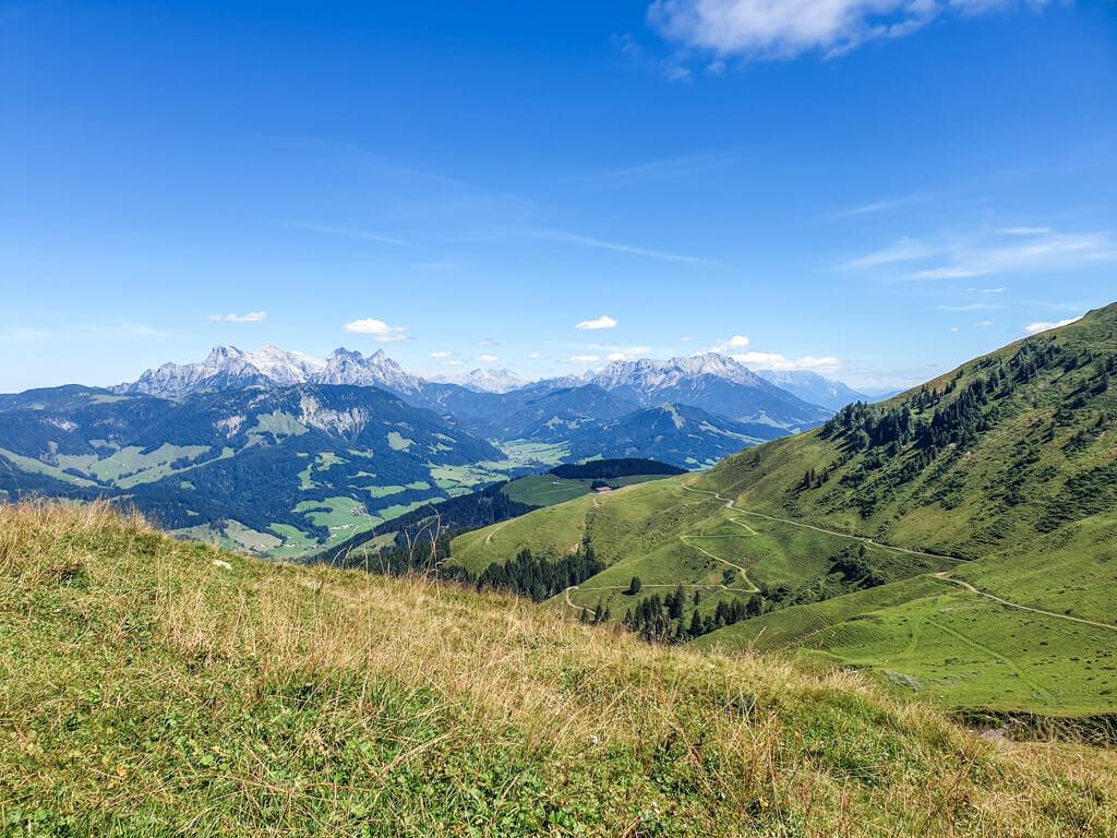 grüne Wiesen in den Bergen von St. Johann im strahlenden Sonnenschein