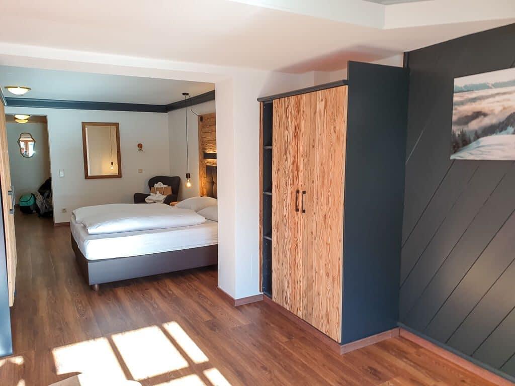 großes Hotelzimmer mit Holzboden im Falkenstein Kaprun