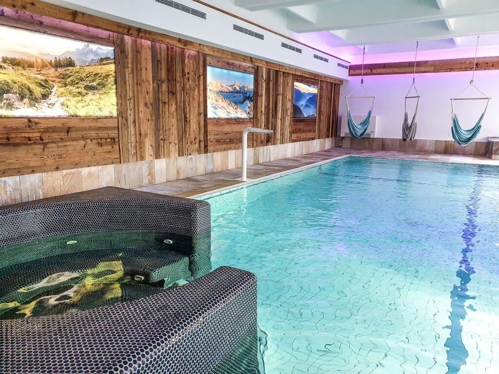Schwimmbad mit Bildern an der Wand