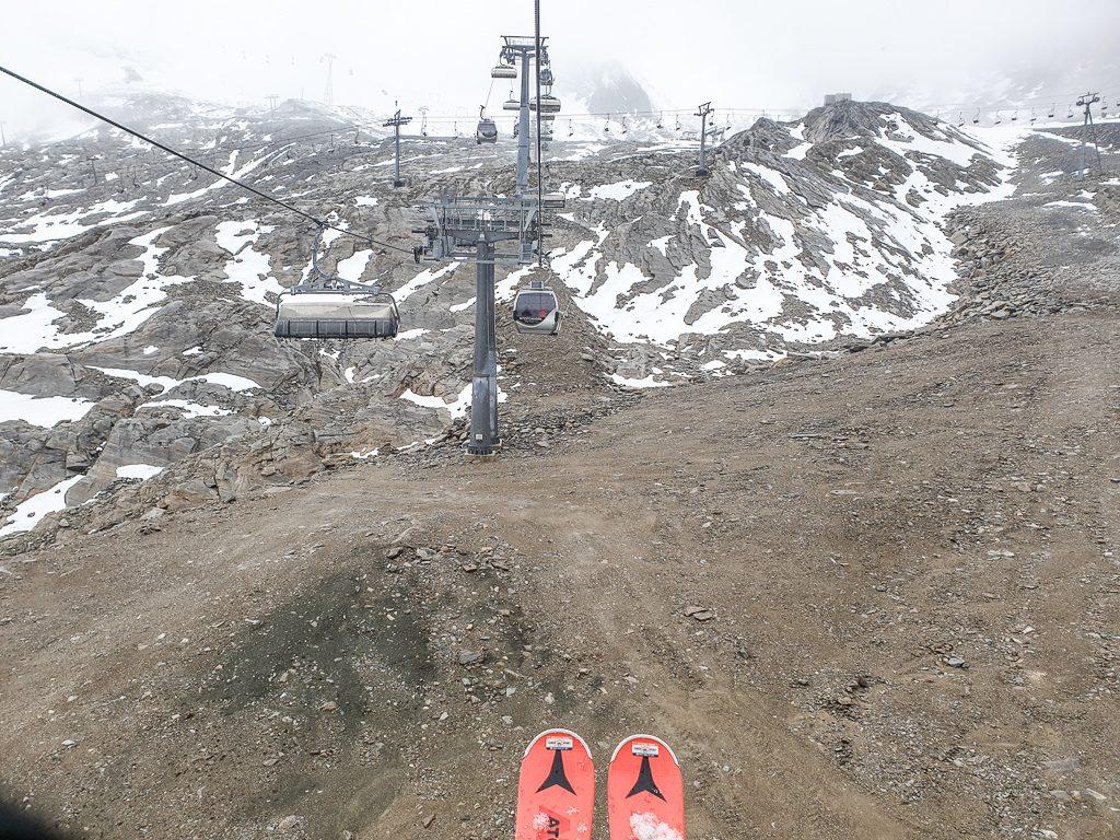 Geröllhänge am Gletscher mit kleinen Schneeflecken und einem Sessellift