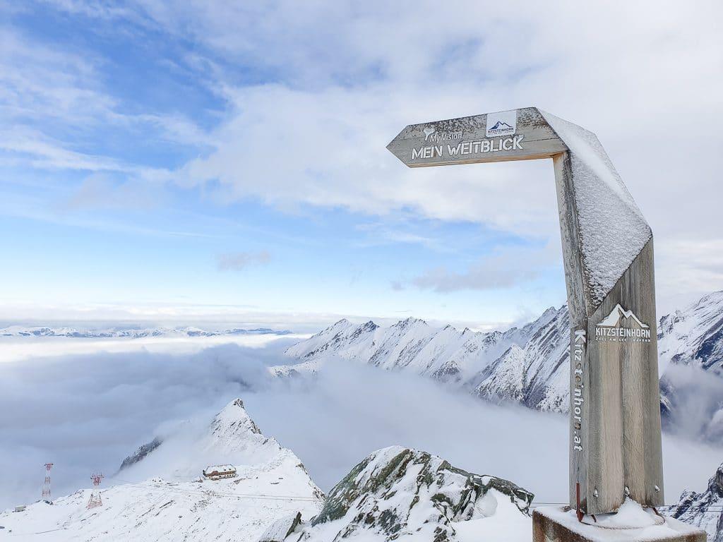 Holztor mit einem Bergpanorama mit schneebedeckten Bergen