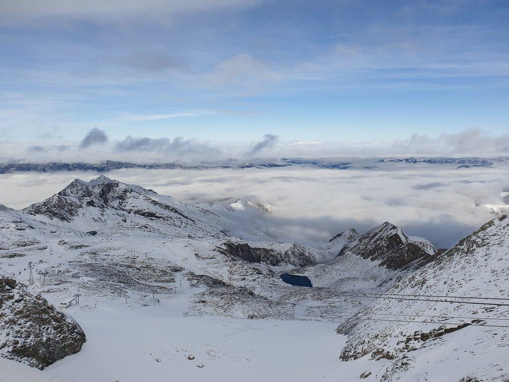 Bergpanorama mit Schnee