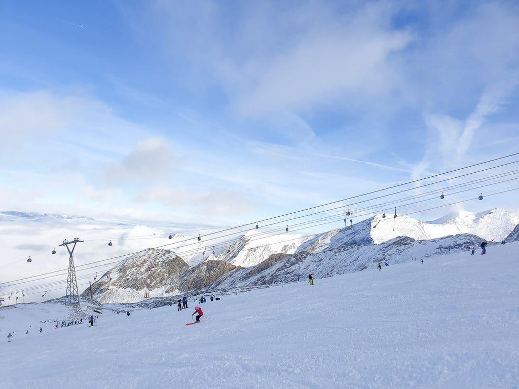 schneebedeckte Berge entlang einer Skipiste