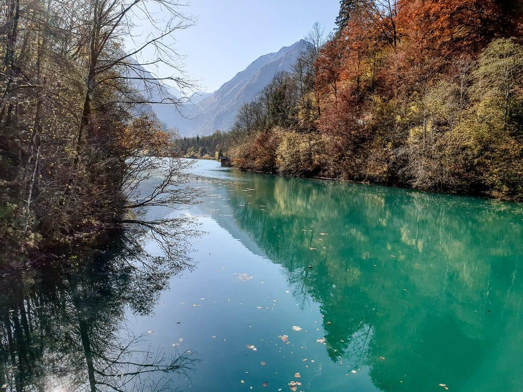 türkis-blaues Wasser in einem Bergsee