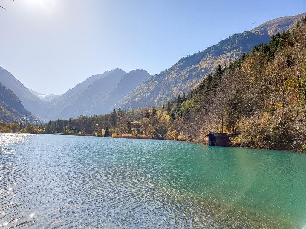 blau-grüner See inmitten von Bergen
