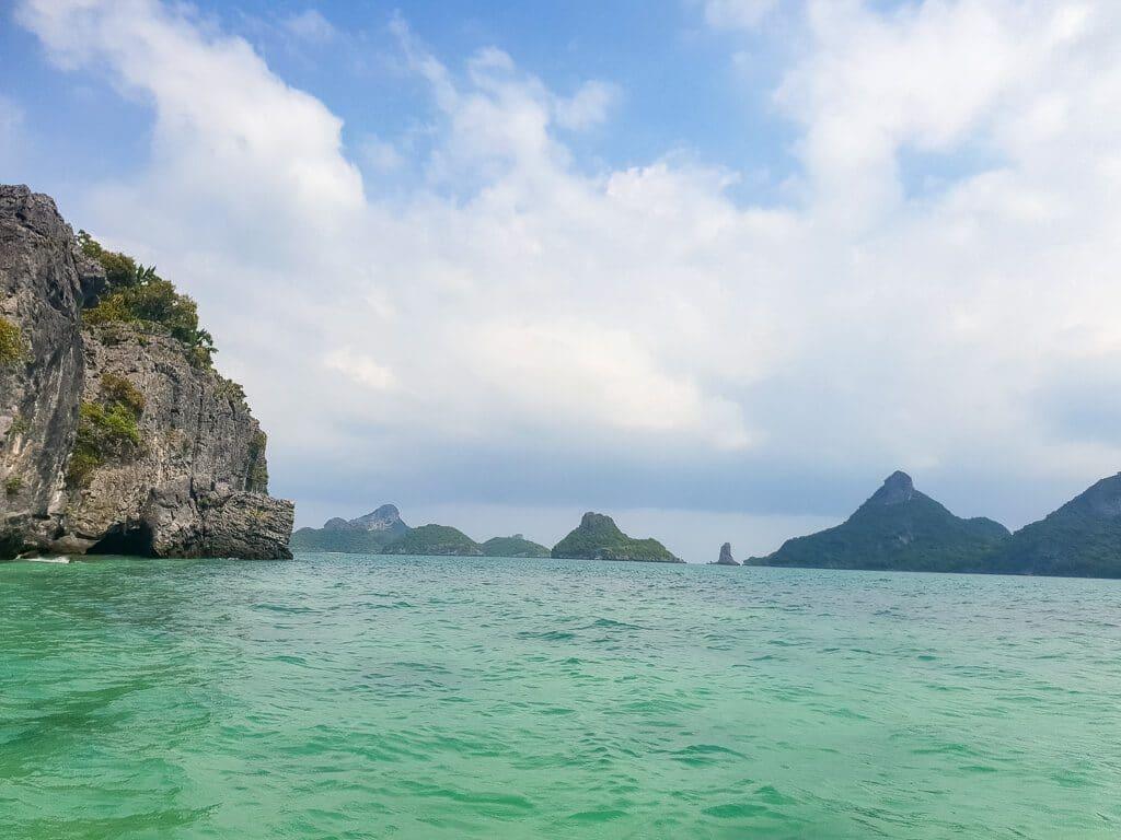 kleine Inseln mit Felsen im Meer