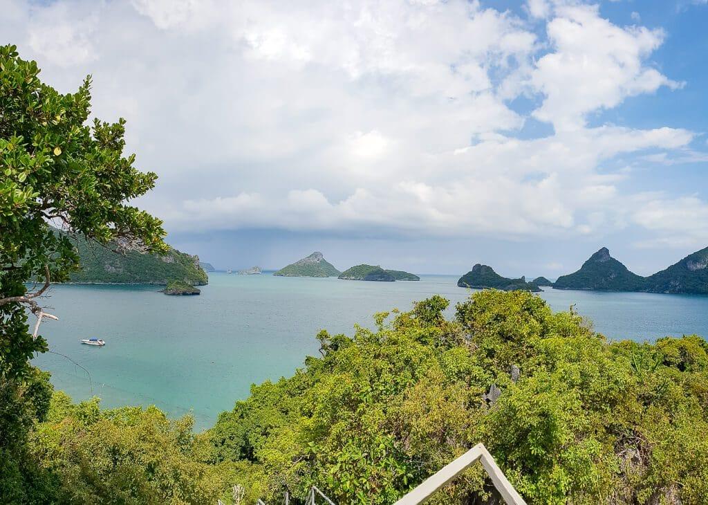 Aussicht aufs Meer über Bäume hinweg - im Meer einige kleine Inseln