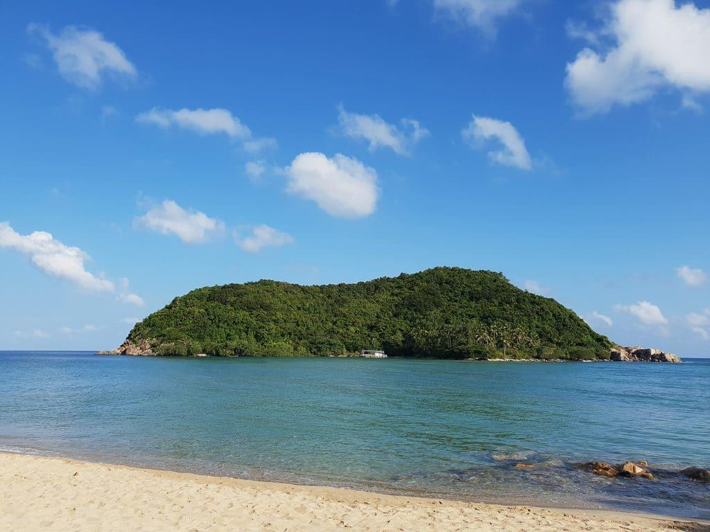 Strand und Meer mit Blick auf eine vorgelagerte Insel