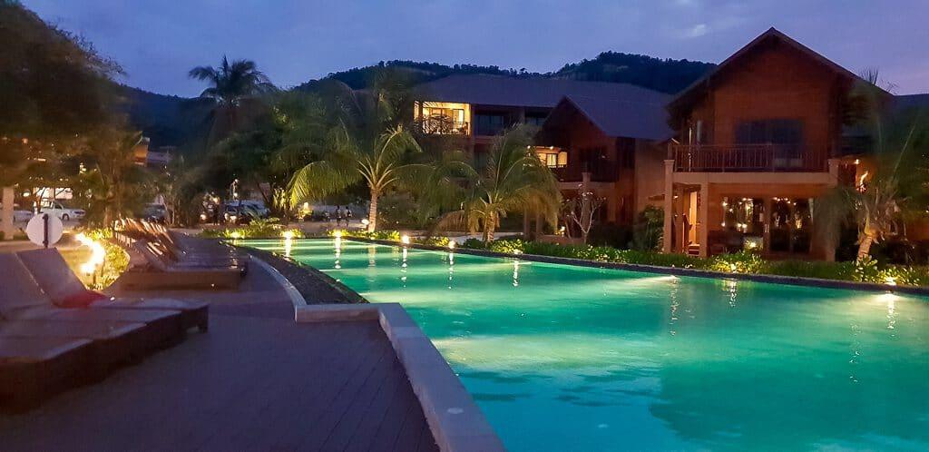 Koh Ma Beach Resort - Poolanlage mit Bungalows am Abend