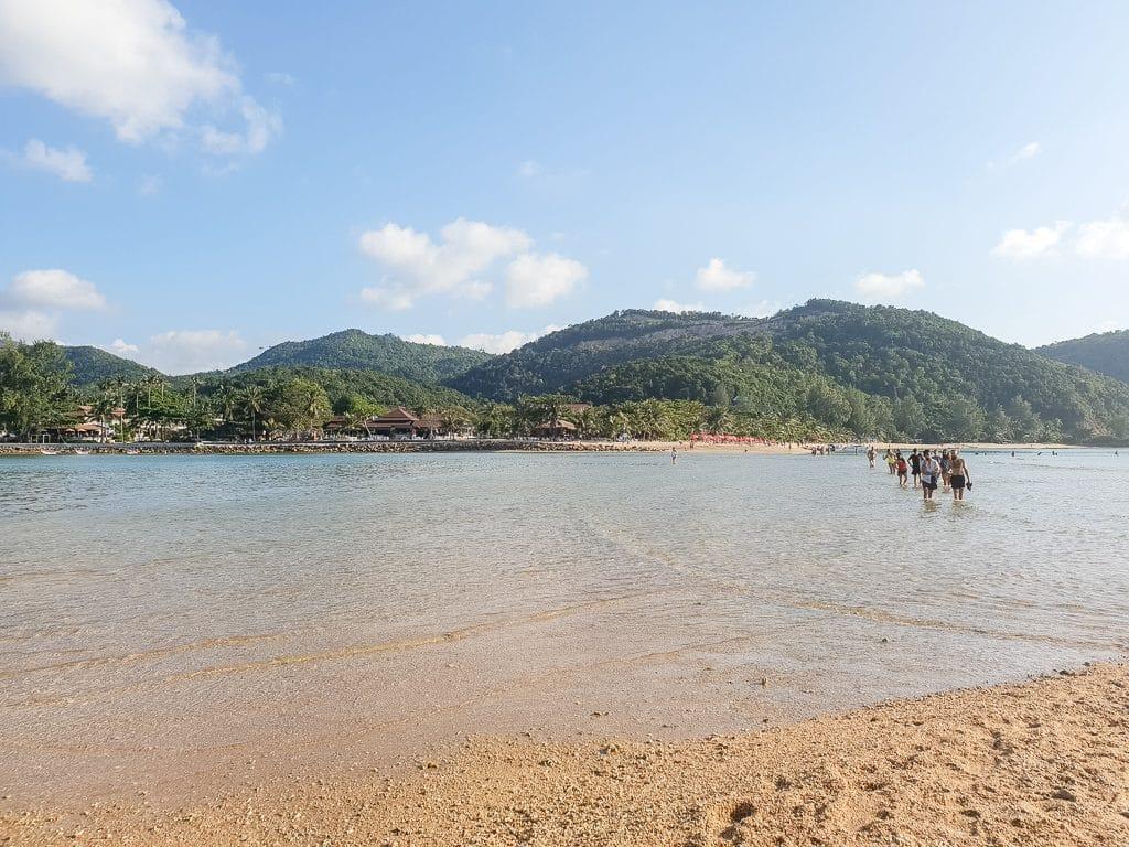 Blick vom Strand über das Meer zu einer kleinen Insel
