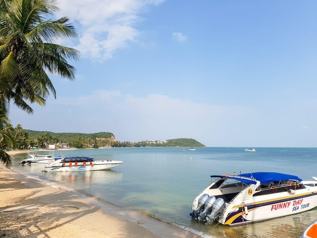 Strand mit Booten im flachen Wasser