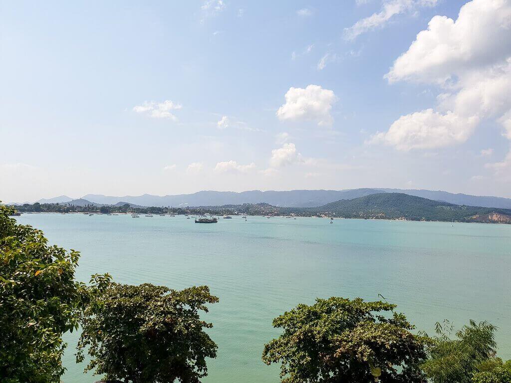 Ko Samui - Aussicht vom Big Buddha über die Bucht mit Felsen im Hintergrund