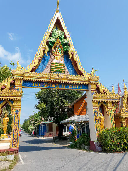 Eingangstor zur Tempelanlage des Big Buddha auf Ko Samui; kunstvoll verziertes Tor mit Gold