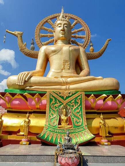 Big Buddha Statue Ko Samui; goldene, sitzende Statue mit Lebensrad hinter dem Rücken